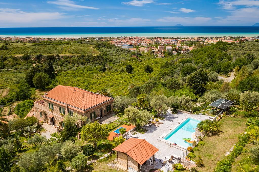 Fotografia col drone di un casale storico in Sicilia